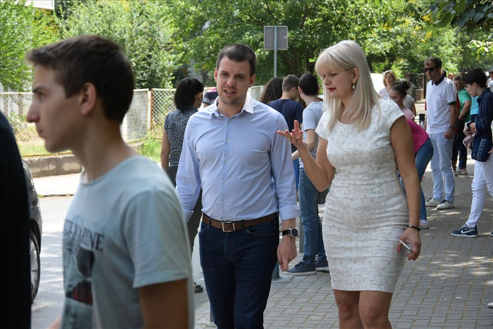"ШАРЕНИ СТОЛПЧИЊА ПРЕД ООУ ""ВЕРА ЦИРИВИРИ – ТРЕНА"" - Karpos.gov.mk"